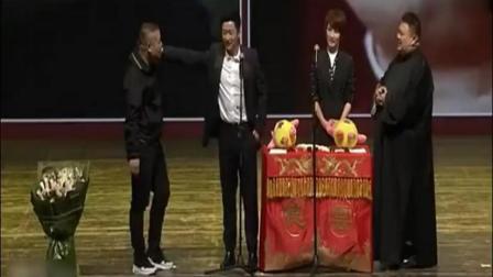 吴京与妻子谢楠出席岳云鹏的相声小品《你口活好》