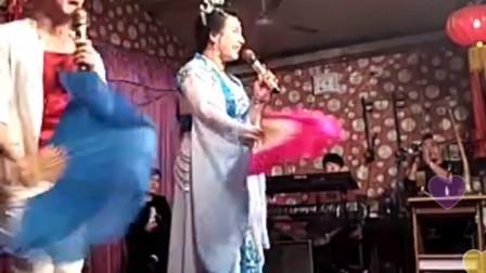 演员范兴华演唱二人转小帽《耍钱五更》